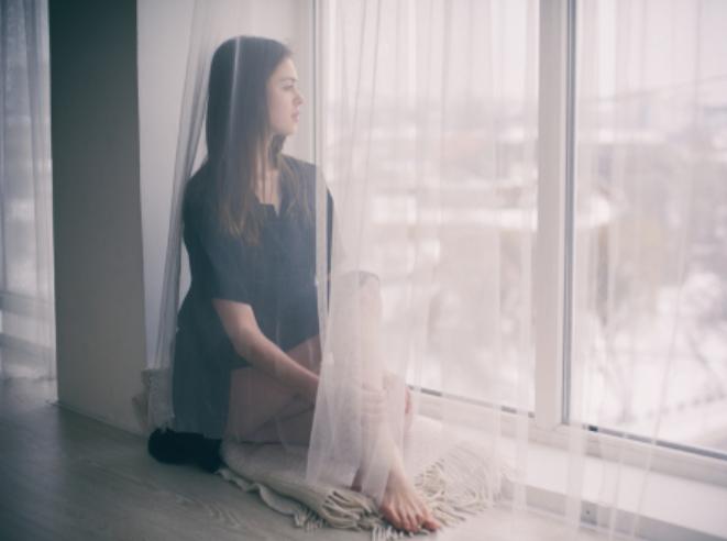 zena pri okne